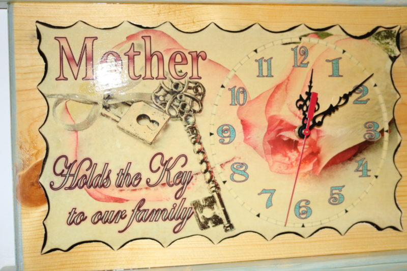 Mother holds key clock 17in B